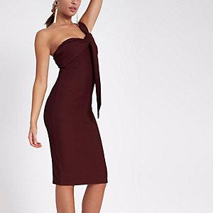 Donkerrode midi-jurk met blote schouder en gedraaid schouderbandje