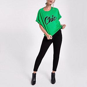 RI Petite - Groen cropped T-shirt met 'Chic'-print en siersteentjes