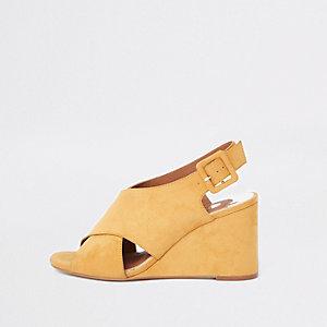 Sandales jaunes croisées à talons compensés