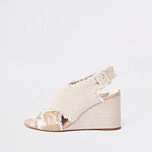 Chaussures crème à talon compensé et brides croisées