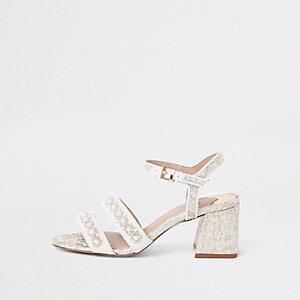 Sandales à talon carré blanc en textile et ornées de perles
