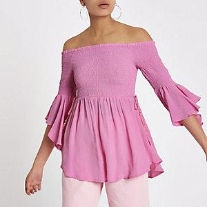 Haut Bardot froncé rose avec manches à volants