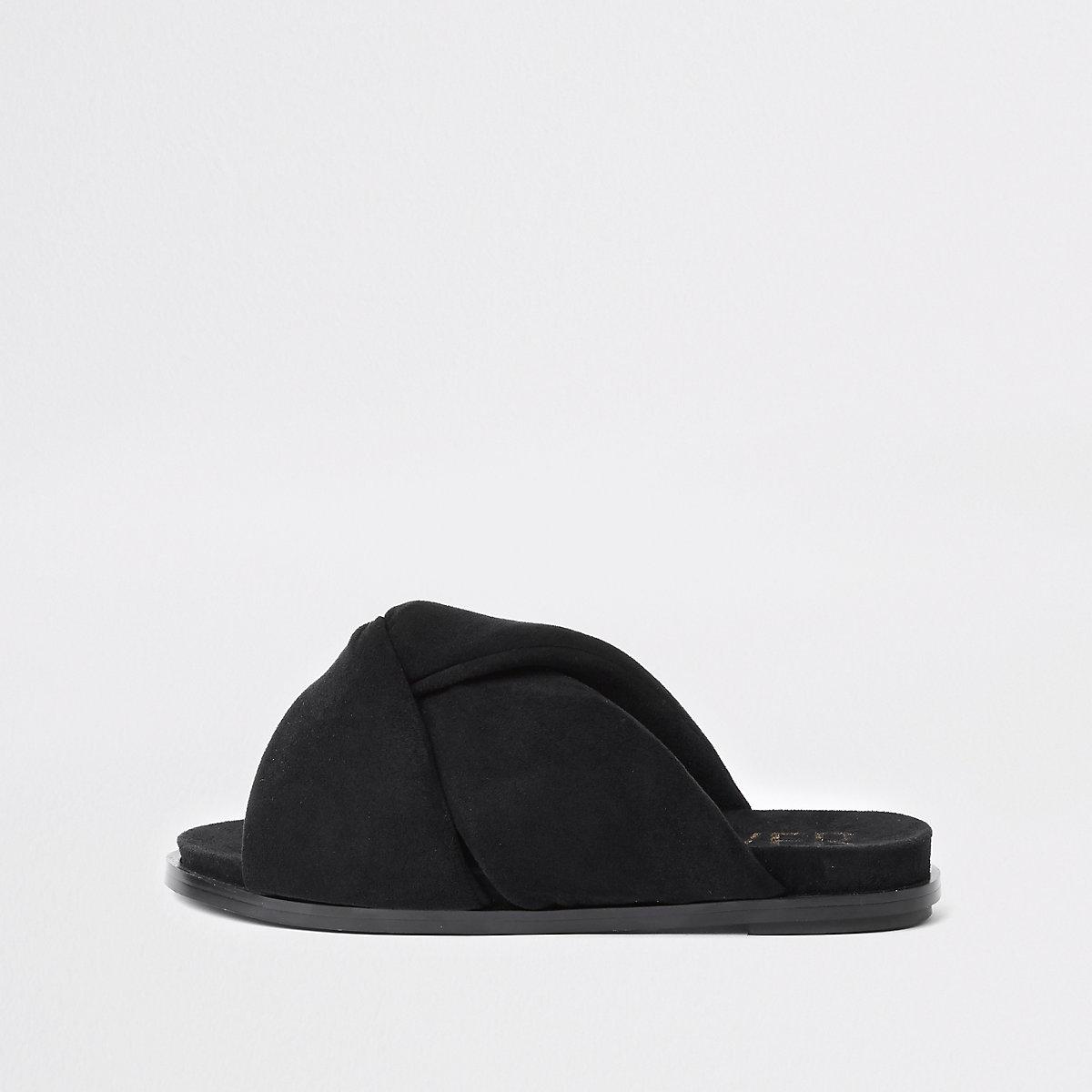 Schwarze, wattierte Sandalen