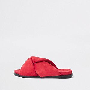 Rote, wattierte Sandalen