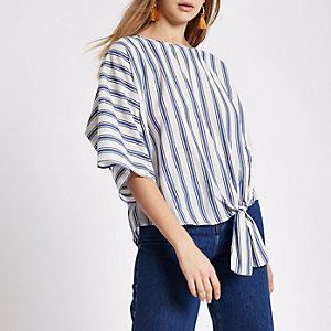 T-shirt rayé bleu noué sur le côté