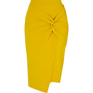 Jupe crayon jaune moutarde torsadée sur le devant