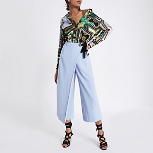 Jupe-culotte drapée bleu clair à œillets nouée sur le côté