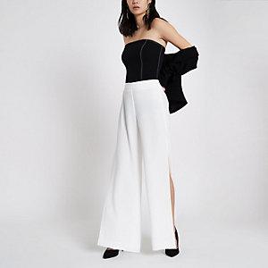 Witte broek met wijde pijpen en hoge split
