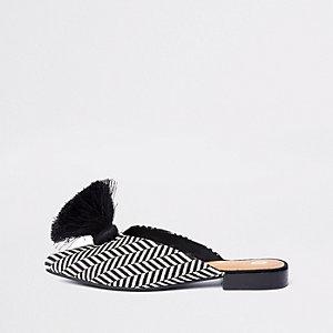 Schwarze Loafer mit spitzer Zehenpartie und weiter Passform