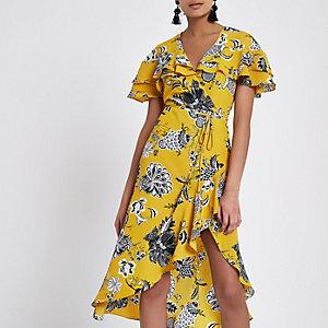 Gelbes Wickel-Midikleid mit Blumenmuster, Rüschen und Taillenband