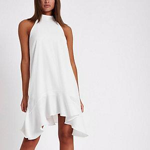 Witte jurk met strik op de rug en ruches aan de zoom