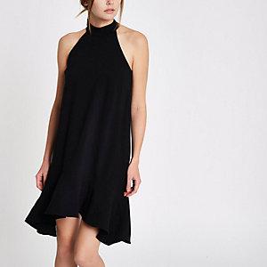Zwarte jurk met strik op de rug en ruches aan de zoom