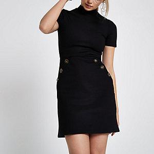 Zwarte jurk met korte mouwen en knopen in de taille