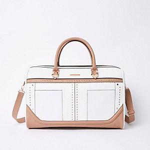 Weiße Reisetasche mit Nieten