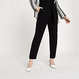 Zwarte smaltoelopende broek met strikceintuur