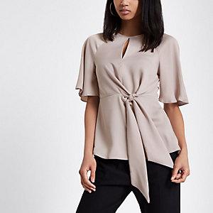 Lichtgrijze blouse met ruches aan de zoom en strik voor