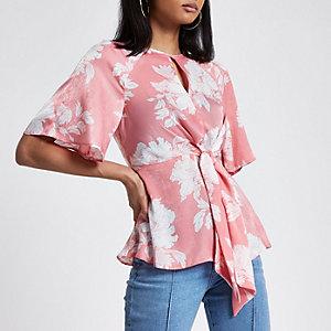 Roze gebloemde blouse met ruches aan de zoom en strik voor