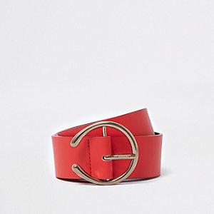 Rode riem met gebogen hoefijzervormige gesp