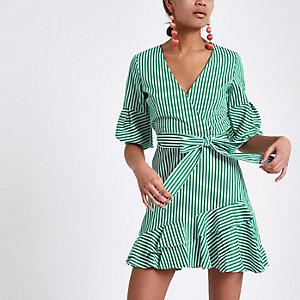 Robe verte à rayures avec ourlet à volants et liens à la taille