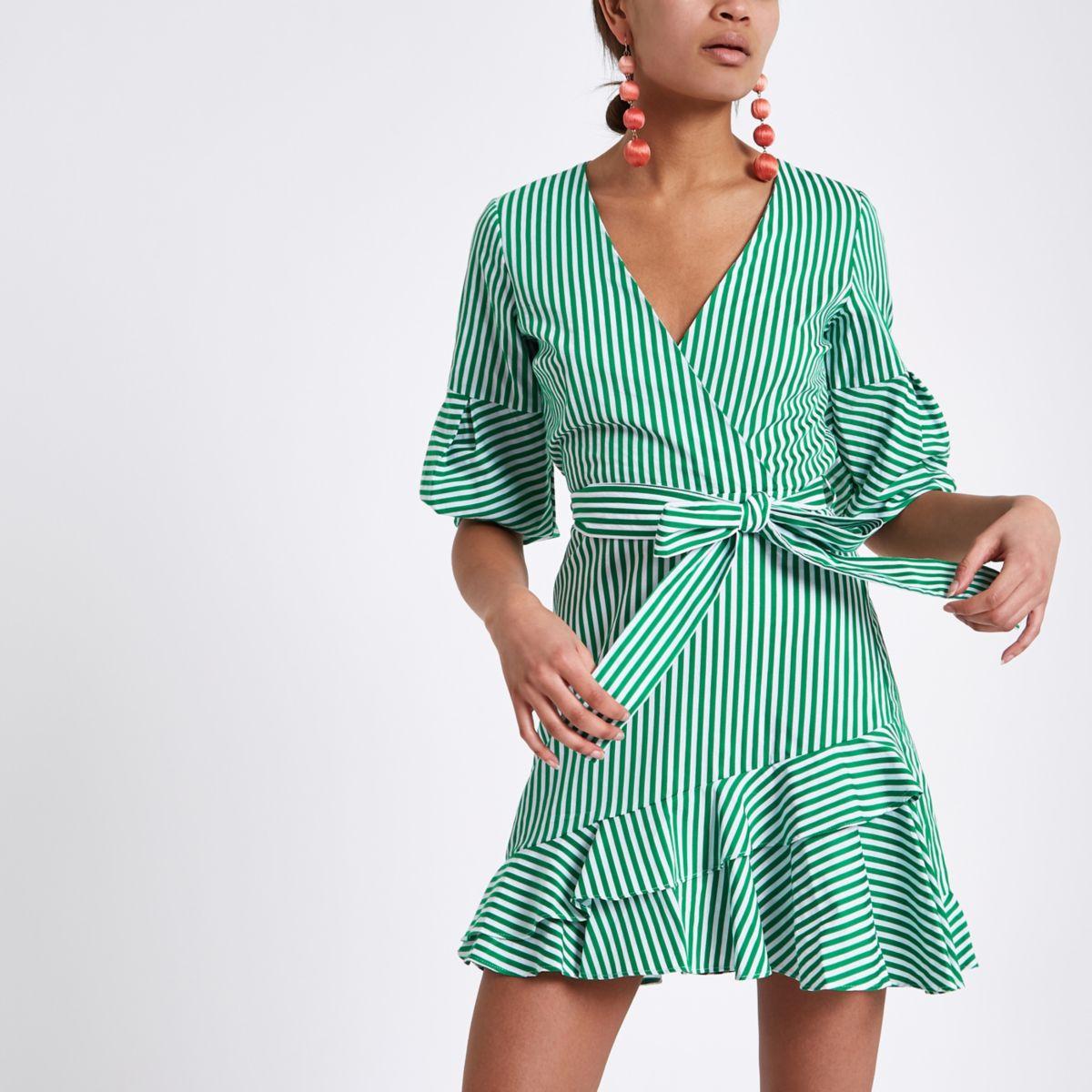 Groene gestreepte jurk met strikceintuur en ruches aan de zoom