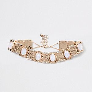 Collier ras-du-cou en métal doré orné de perles