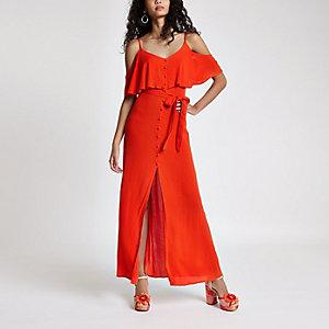 Robe longue rouge à épaules dénudées nouée à la taille