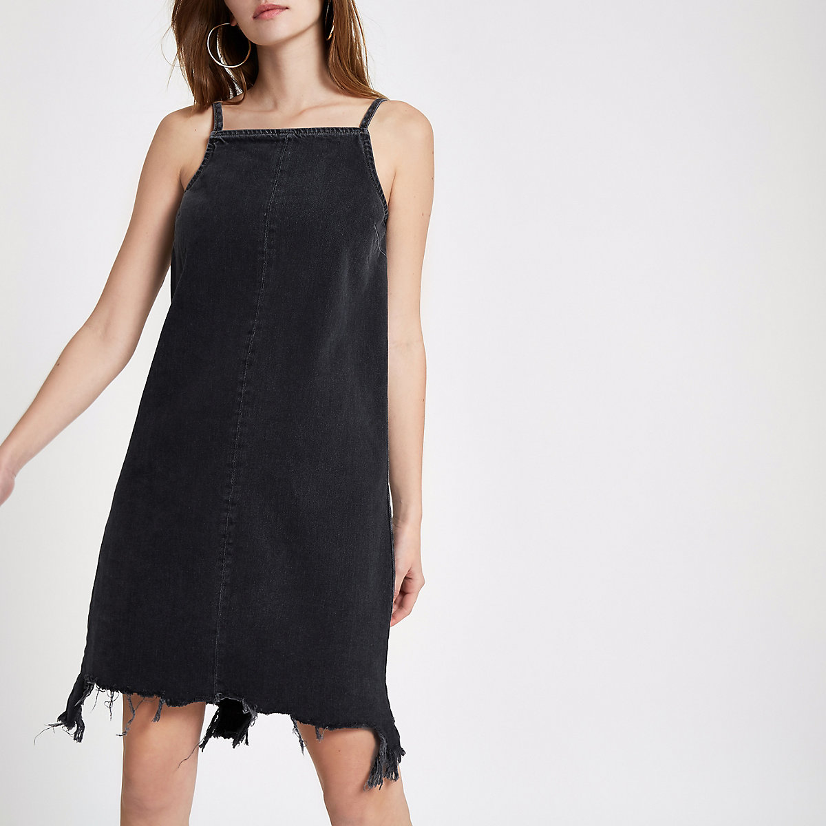 Zwarte wash denim jurk met gerafelde zoom