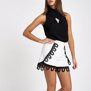 Weiße Shorts mit Spitzenbesatz