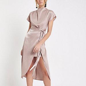 Robe rose clair fendue sur la cuisse à mancherons