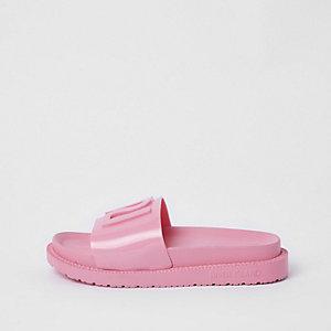 Claquettes en plastique roses avec logo RI