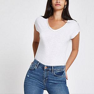 Wit ruimvallende T-shirt met stras langs V-hals