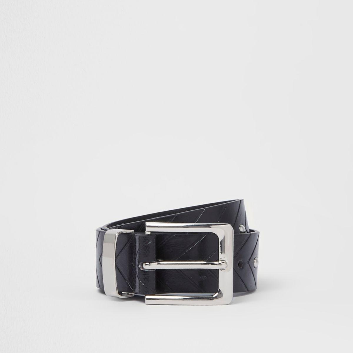 Zwarte jeansriem met pijlvormige reliëfprint en studs