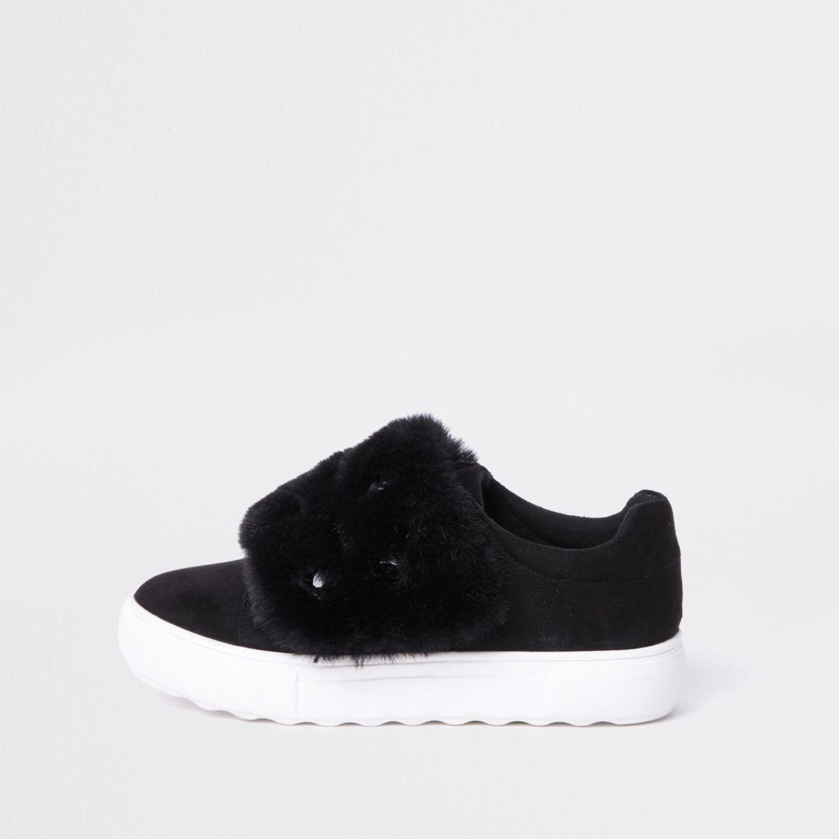 Zwarte sneakers met klittenband, siersteentjes en imitatiebont