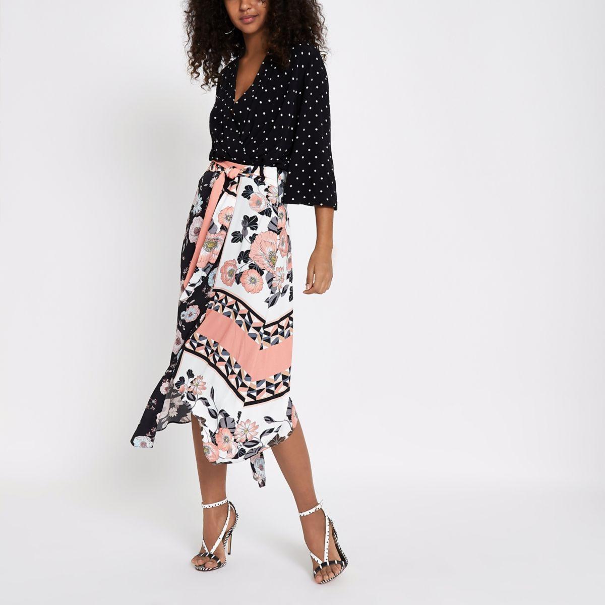 Zwarte rok van chiffon met ongelijke zoom en bloemenprint