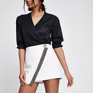 Weißer, verzierter Hosenrock