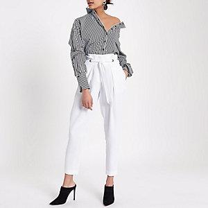 Wit smaltoelopende broek met oogjes