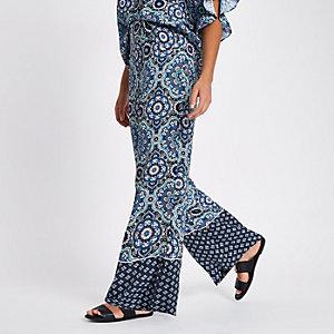 Blauwe broek met verschillende prints en wijde pijpen