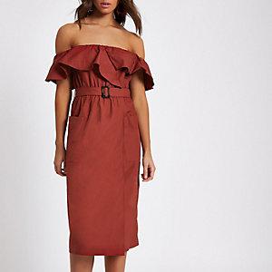Dunkelrotes Bardot-Kleid mit Gürtel