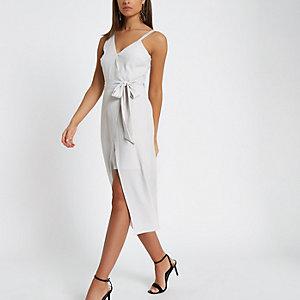 Grijze midi-jurk met blote schouder