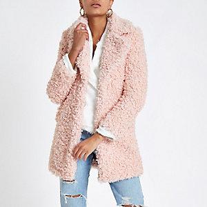 Roze lange jas met imitatieschapevacht