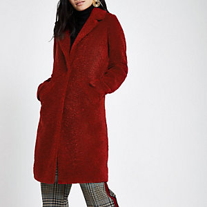 Donkerrode jas van imitatieschapevacht