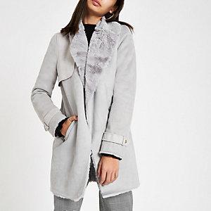 Grijze gedrapeerde jas met voering van imitatiebont