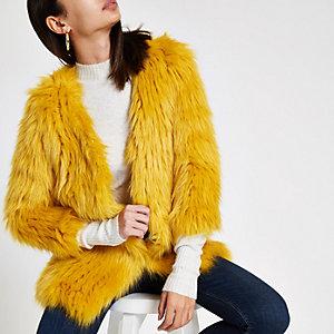 Manteau en maille et fausse fourrure jaune