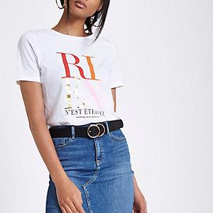 Wit aanlsuitend T-shirt met 'RIEN'-print en korte mouwen