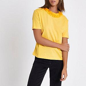 Geel recht T-shirt met gebloemde hals