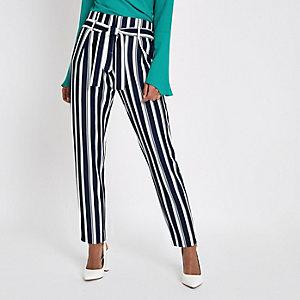 Pantalon fuselé rayé bleu marine noué à la taille