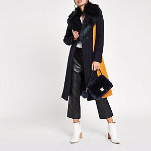 Manteau peignoir colour block bleu marine à bordure en fausse fourrure