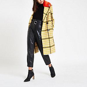 Manteau à carreaux jaune avec col en fausse fourrure