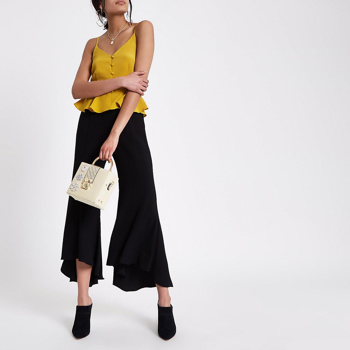 Zwarte uitlopende broek met ketting
