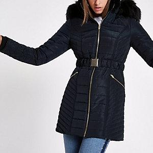 Marineblauwe gewatteerde jas met rand van imitatiebont en ceintuur
